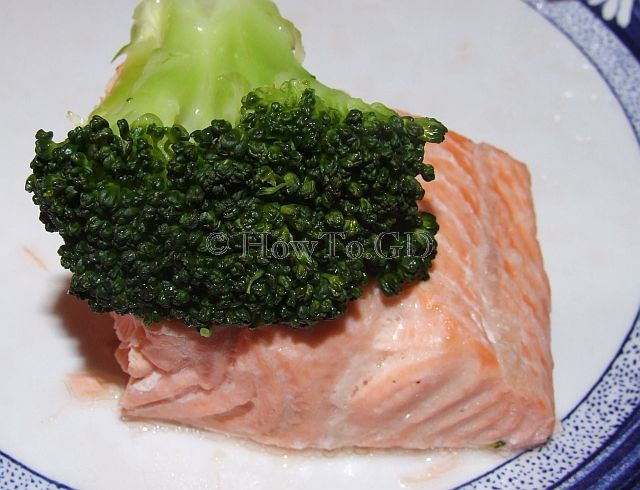 How to steam salmon with broccoli
