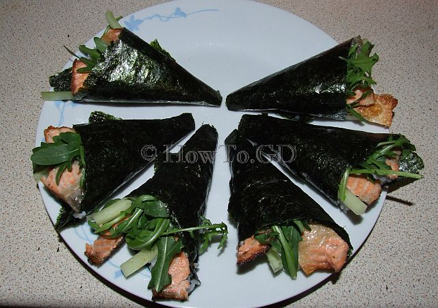 How to make temaki-sushi with roasted salmon skin